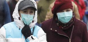 Почти две трети украинцев считает, что страна сама не сможет справиться с эпидемией