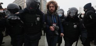 Правозащитники сообщили о более тысяче задержанных на акциях в России