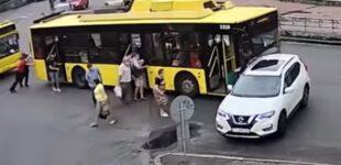 В Киеве троллейбус, который толкали пассажиры, врезался в Nissan